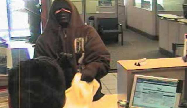 Мъж ограби банка, само за да се върне с парите и да продължи да играе.